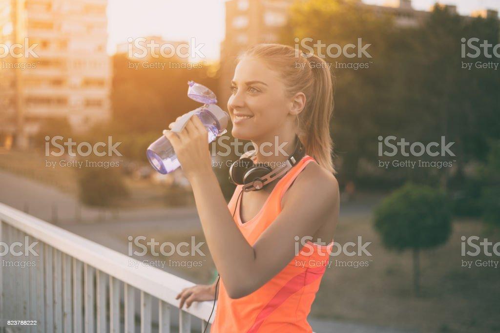 Esportivo mulher água potável - foto de acervo