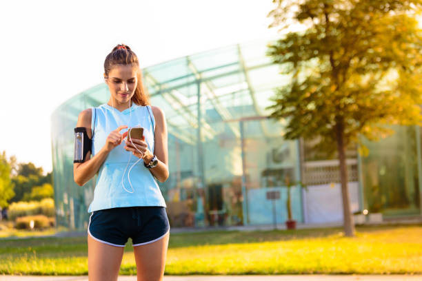Sporty Woman listening to music with earphones – Foto