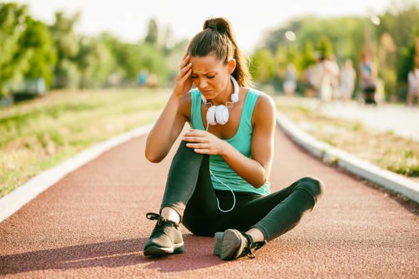 sportliche frau outdoor - mit muskelkater trainieren stock-fotos und bilder
