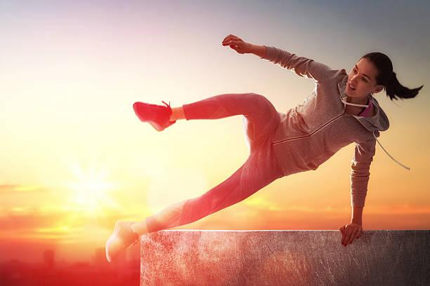 sportliche frau im freien - parkour stock-fotos und bilder