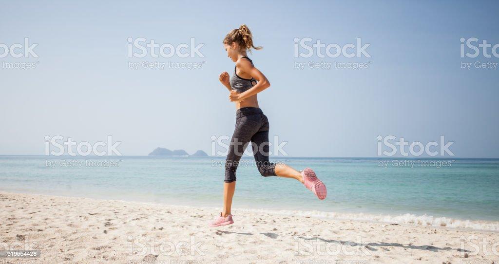 Sportliche Frau am Strand – Foto