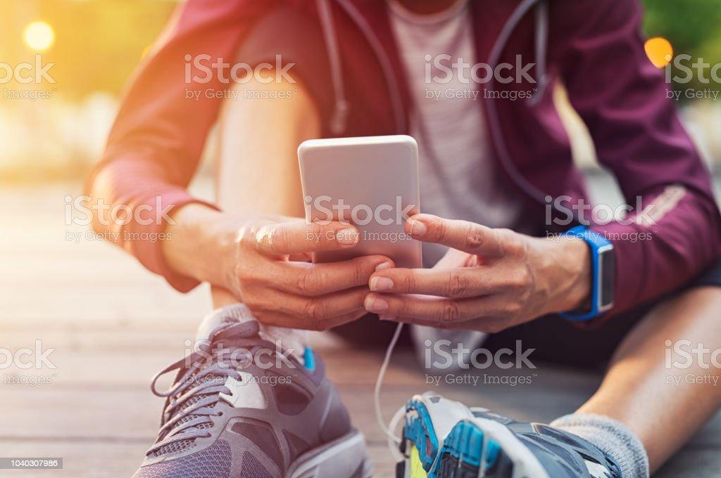 Sportliche Frau mit Mobiltelefon – Foto