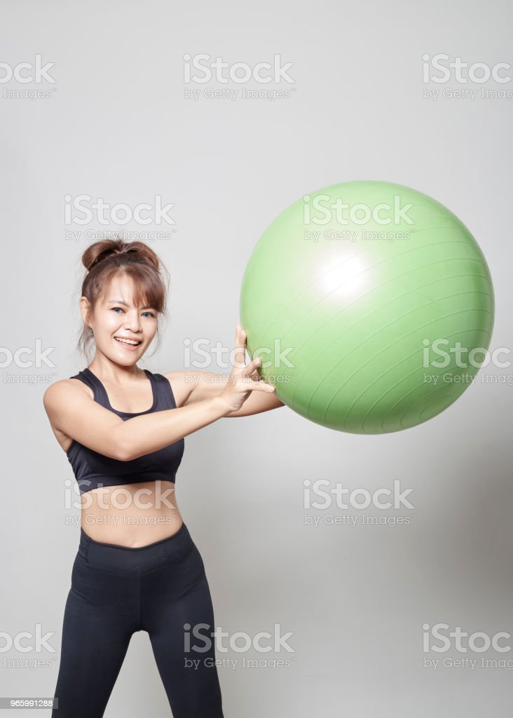 Sportieve jonge Aziatische vrouw training in de sportschool - Royalty-free Alleen volwassenen Stockfoto