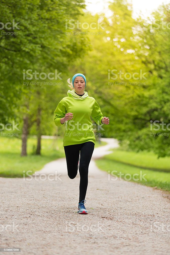 Sportliche junge weibliche Läufer in der Stadt Park. Lizenzfreies stock-foto