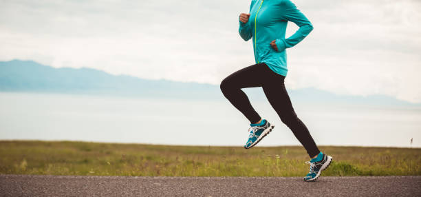 Sportliche junge Fitness Frau Ultramarathon Läufer läuft auf der Straße – Foto