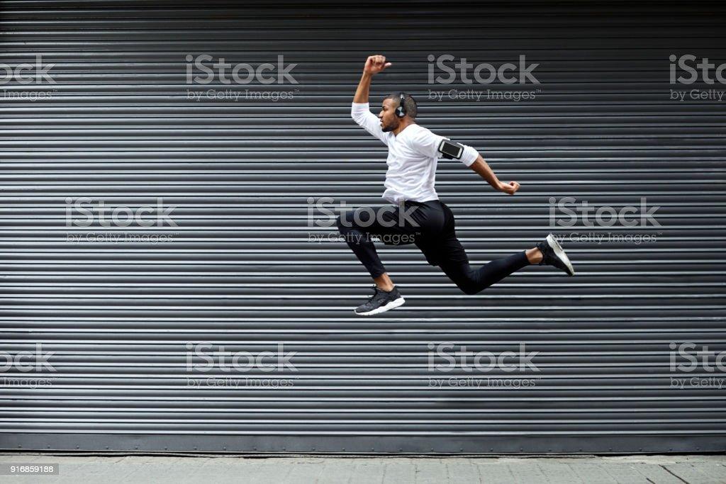 Sportliche junge Mann springt gegen Auslöser – Foto