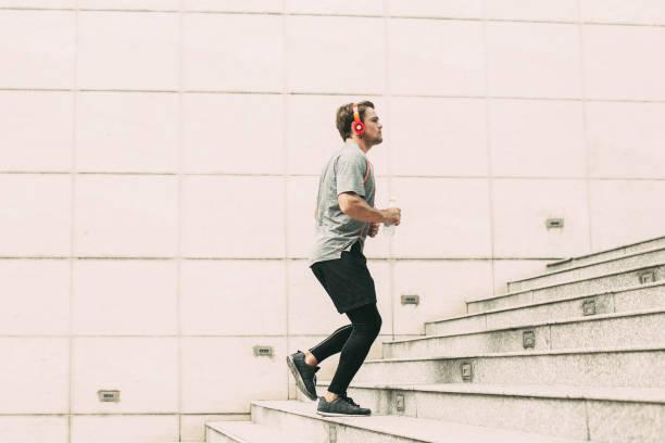 sportlicher junger mann im obergeschoss im freien laufen - druck strumpfhosen stock-fotos und bilder