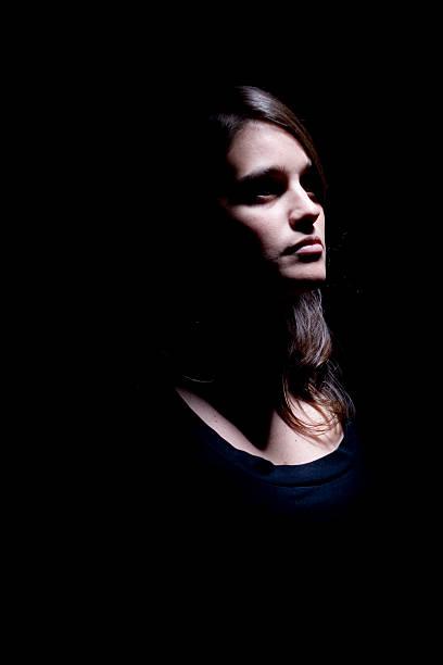 spot-beleuchtung frau portrait - elemi stock-fotos und bilder