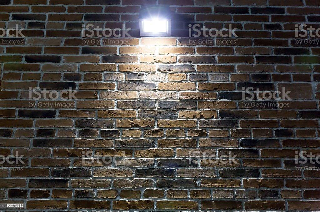 Projecteurs sur mur de brique rouge de nuit - Photo