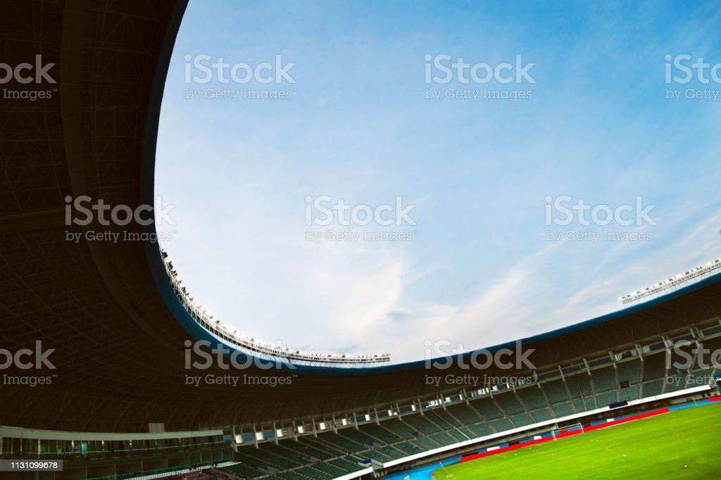 Scheinwerfer und Flutlicht in einem Stadion – Foto