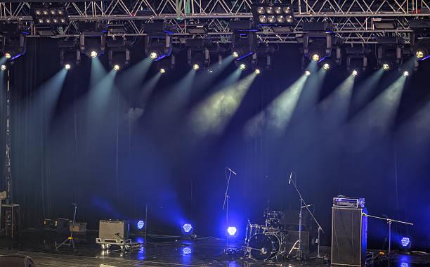 spotlights und beleuchtung auf der bühne und audio-ausstattung - boxen live stock-fotos und bilder