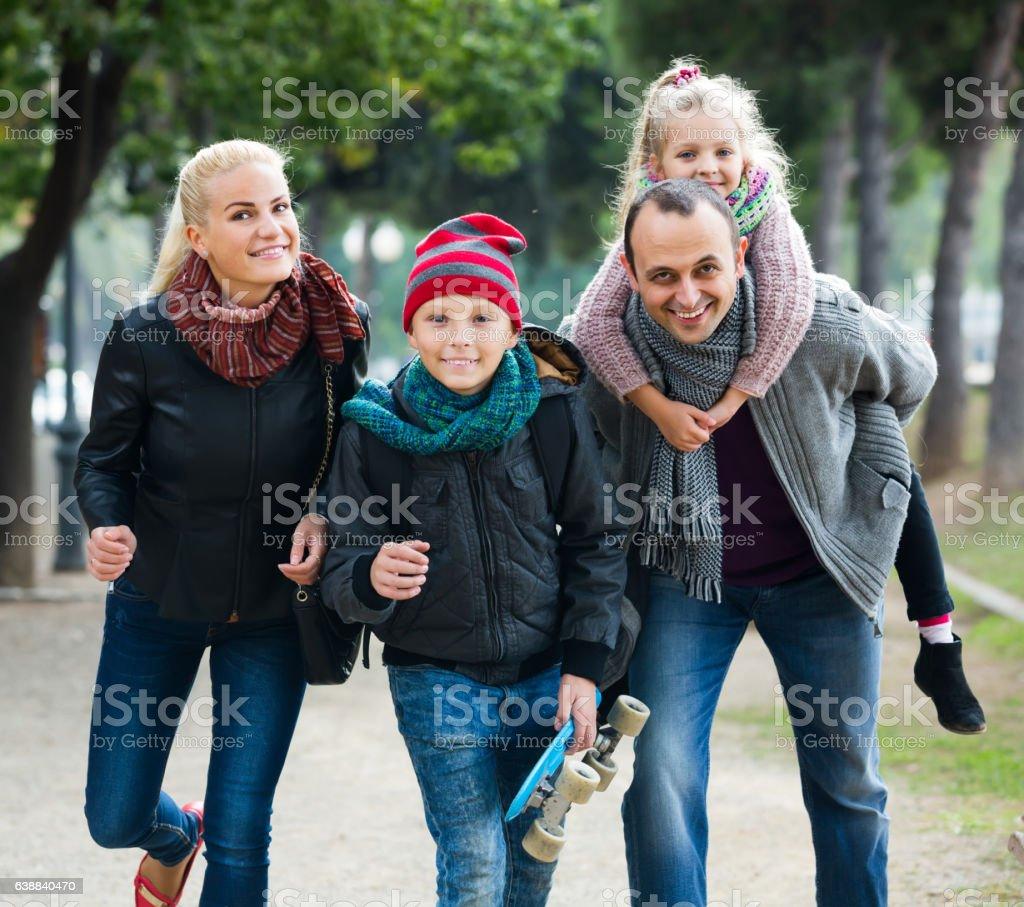 Cônjuges posando com crianças no outono park - foto de acervo