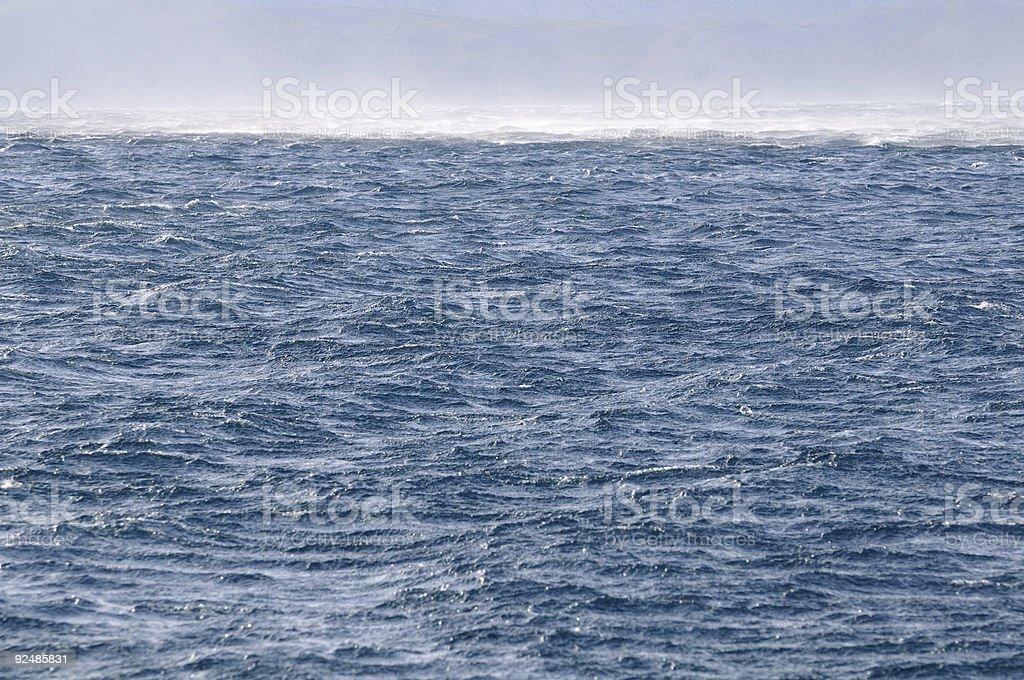 spray geschäumten vom Meer Oberfläche mit sehr starken wind Lizenzfreies stock-foto