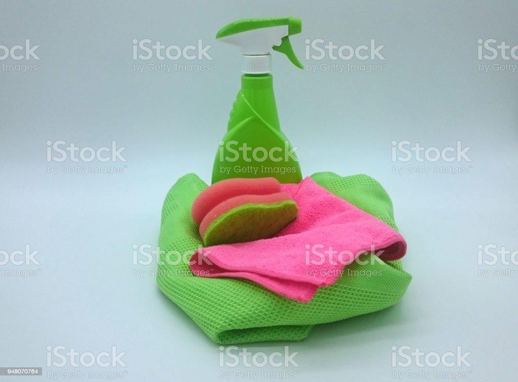 Sprühflasche Mit Trockentuch, Staubtuch Und Spülschwamm in Grün Und Rosa – Foto