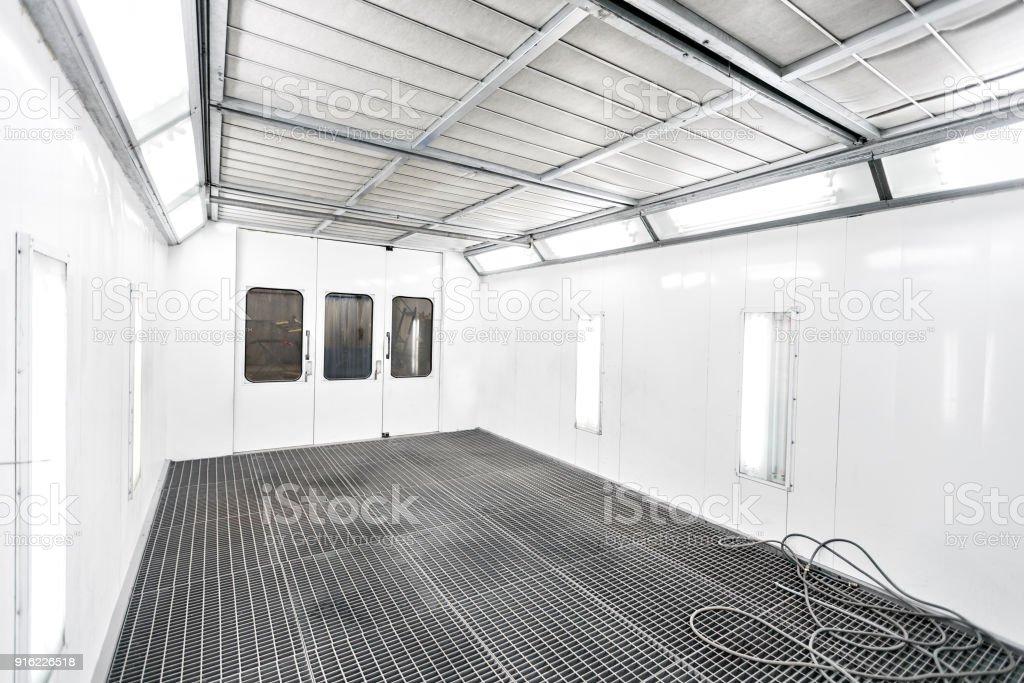 Sprühfarbe Schrank in einer Auto-Reparatur-Station. Auto-Service-Konzept. Qualitativ hochwertige Gemälde von Fahrzeugen in einem Raum mit Filter und gutes Licht – Foto