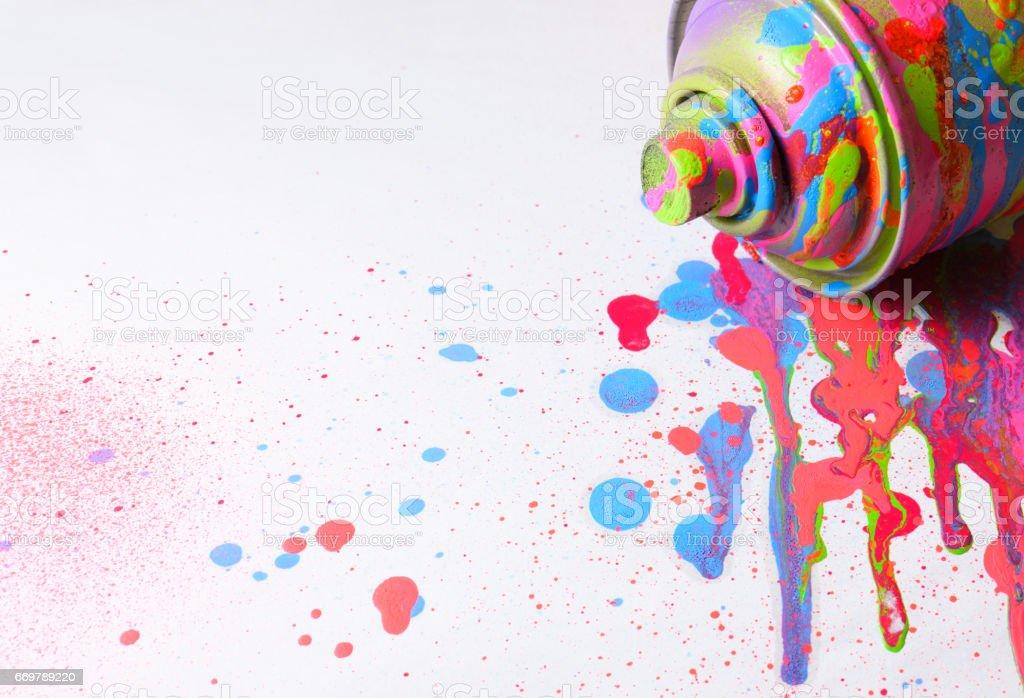 Sprühfarbe auf weißem Hintergrund. Tropfen der Farbe um. – Foto