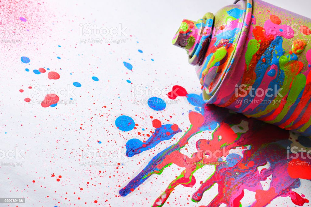 Spray paint on white background. Drops of paint around. – Foto