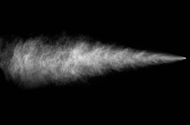 strumień natryskowy z aerozolu może na czarnym tle - spray zdjęcia i obrazy z banku zdjęć