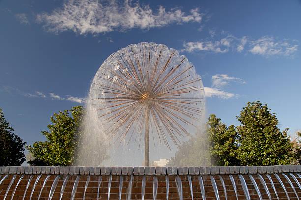 sprühen kugelförmige brunnen in city park - houston texas stock-fotos und bilder