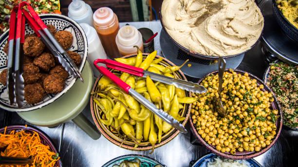 auswahl an speisen - englischer erbsen salat stock-fotos und bilder