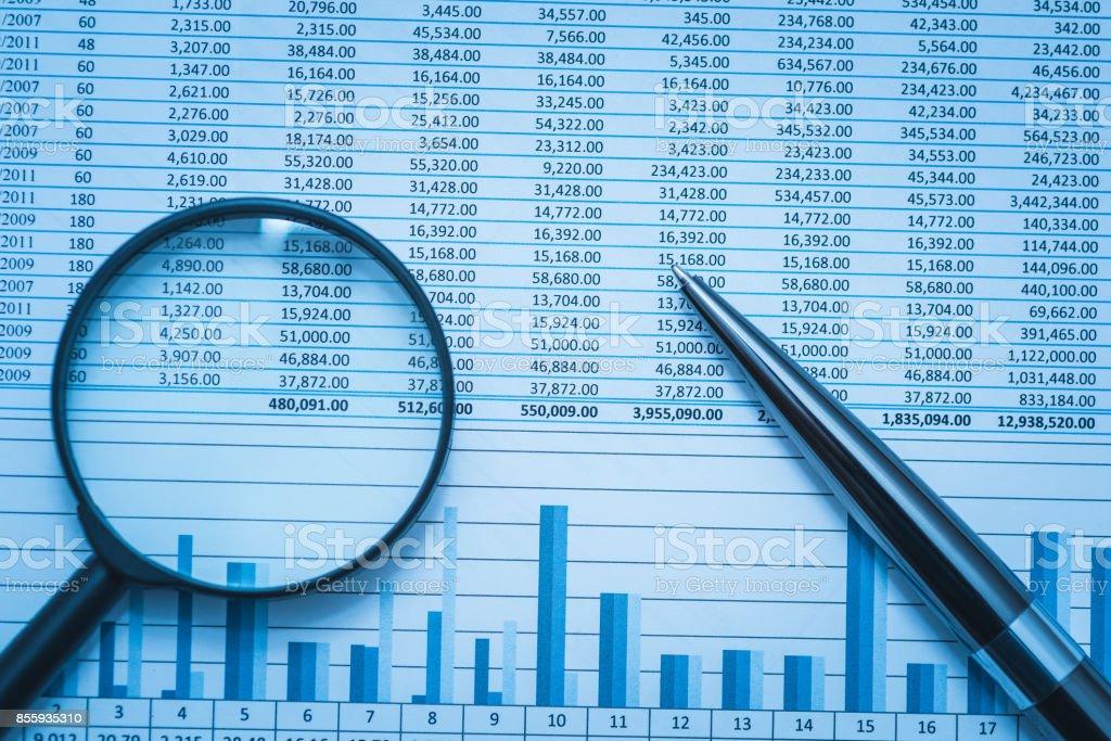 Werkblad bankrekeningen boekhoudkundige Financiën forensics met Vergrootglas en pen. Concept voor financiële fraude onderzoek, controle en analyse. foto