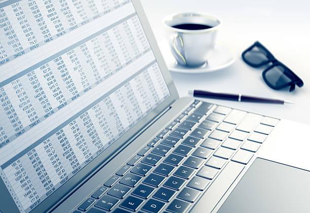 tabelle in einen laptop - tabellenkalkulation stock-fotos und bilder