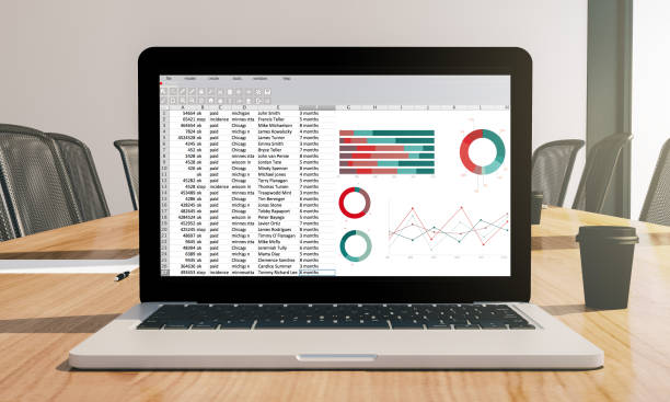 tabellenkalkulation bildschirm laptop auf konferenz zimmer mock-up - tabellenkalkulation stock-fotos und bilder