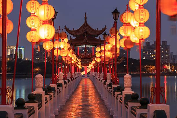 frühling und herbst pavillons, lotus-teich, kahosiung - insel taiwan stock-fotos und bilder