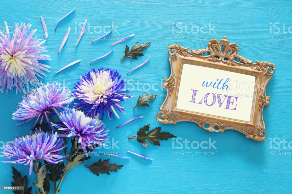 lente prachtige witte bloemen en lege Victoriaanse fotolijstjes royalty free stockfoto