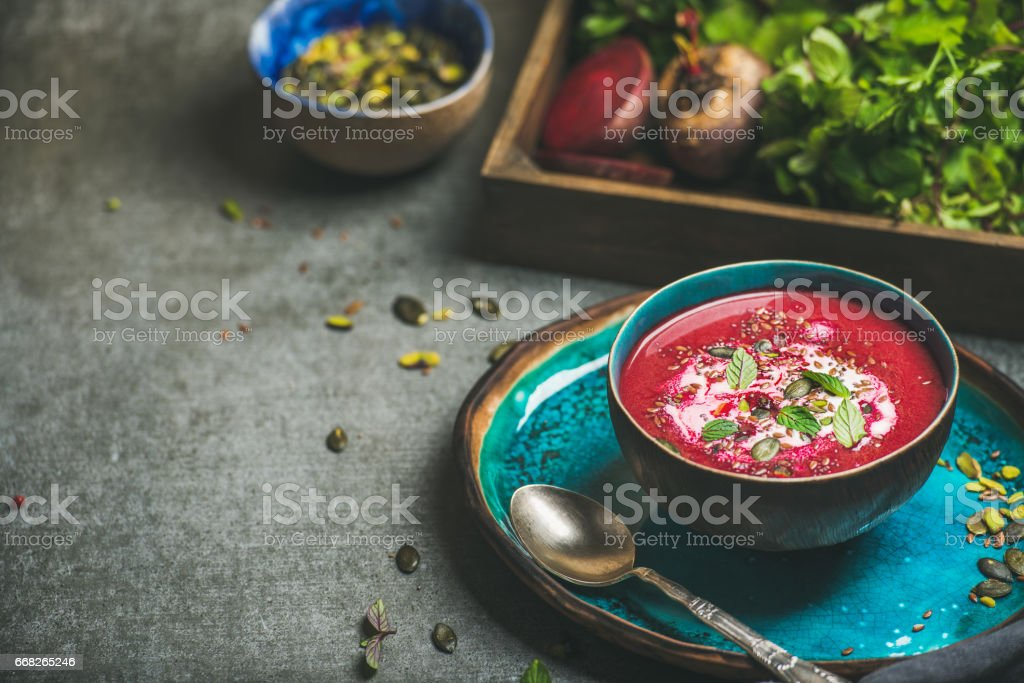 Spring beetroot soup with mint, chia, flax and pumpkin seeds foto stock royalty-free
