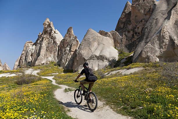 spring  biking in cappadocia, turkey - aardpiramide stockfoto's en -beelden