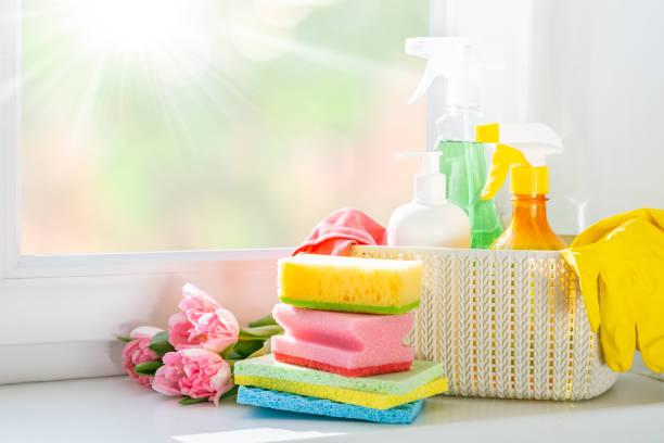 voorjaarsschoonmaak concept - reinigingsproducten, handschoenen - schoonmaakapparatuur stockfoto's en -beelden