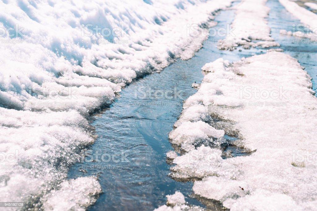 Spring Creek fließt durch den asphalt - Lizenzfrei Asphalt Stock-Foto