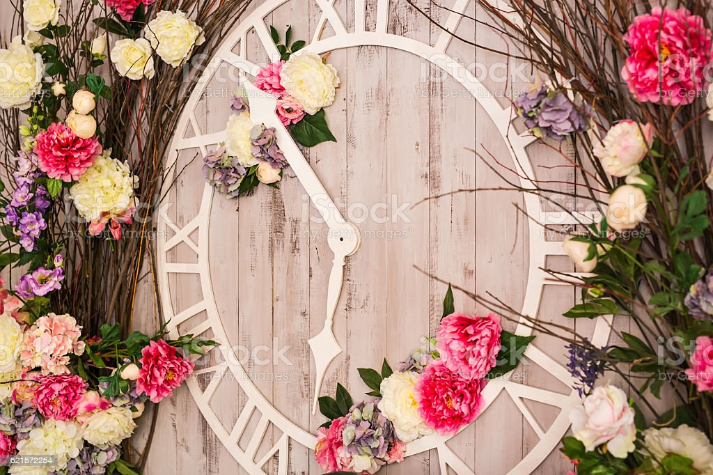 Spring decoration with a big clock in the interior photo libre de droits