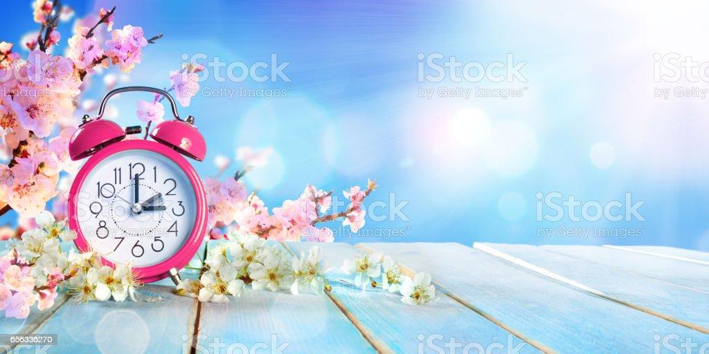 Primavera tiempo de direccion - concepto de ahorro luz - foto de stock