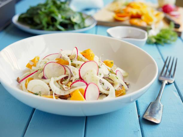 frühling fenchel orange krautsalat - radieschen salat stock-fotos und bilder