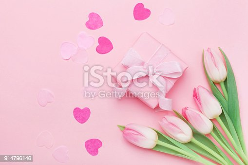 istock Spring flowers and present or gift box on pink pastel table top view. Greeting card for Womans or Mothers Day. 914796146