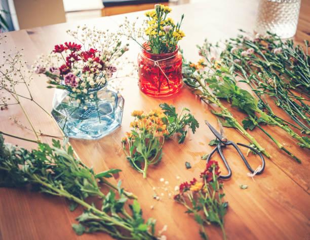 Frühlingsblumen auf einem Holztisch – Foto