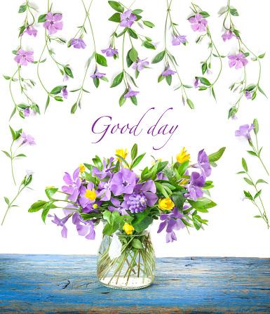 Spring Flowers Periwinkle In Glass Vase On Old Wooden Board - Fotografias de stock e mais imagens de Amarelo