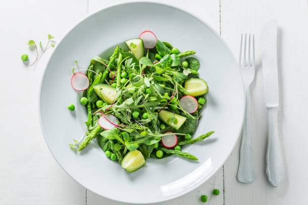 frühling grüner salat mit radieschen, spinat und spargel - radieschen salat stock-fotos und bilder