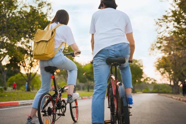 musim semi akan datang konsep dengan perasaan bahagia dan ceria dari pasangan asia naik sepeda bersama - bersepeda potret stok, foto, & gambar bebas royalti