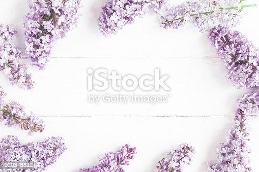 Flores Lilas Con Rosas Sobre Fondo: Fotografía De Primavera Flores Lilas Sobre Fondo Blanco