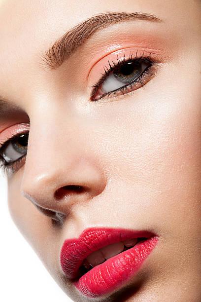frühling mit roten lippen-make-up, nahaufnahme - goldenes augen make up stock-fotos und bilder