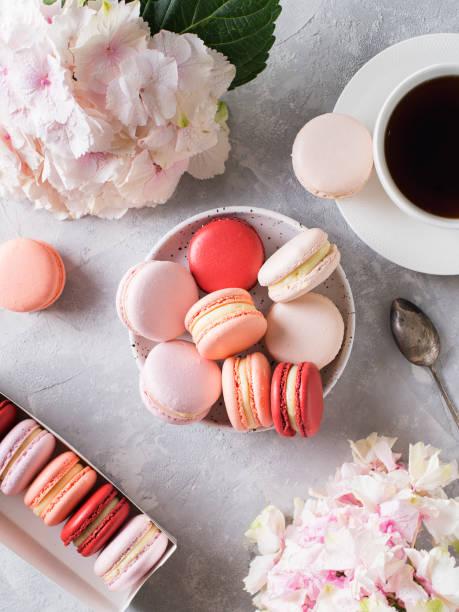 primavera humor ainda vida com confeitos, flores e café - macaroon - fotografias e filmes do acervo
