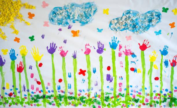 Frühlingsgemälde zeichnen handwerkliches Papier mit Handdrucken bemalt – Foto