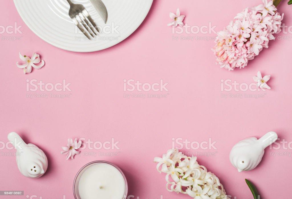 봄 핑크 플랫 하다. 화이트 테이블 설정 및 히 아 신 스 꽃 - 로열티 프리 0명 스톡 사진