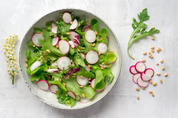 frühling-rettich-salat. ansicht von oben. - radieschen salat stock-fotos und bilder