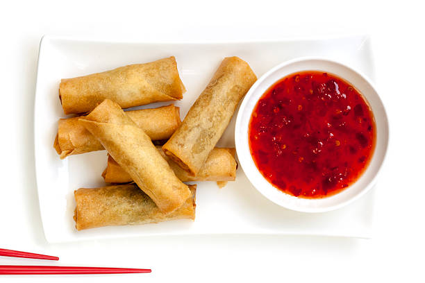 frühlingsrollen mit chili-sauce - frühlingsrollen stock-fotos und bilder