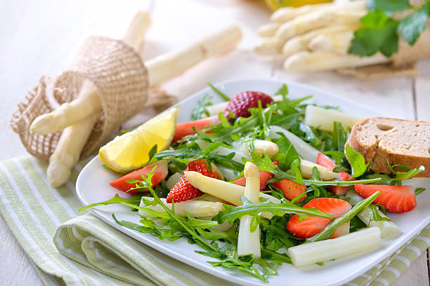 frühlings-salat - spargel vegan stock-fotos und bilder
