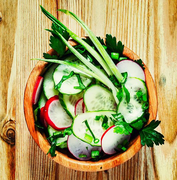 frühling salat mit radieschen, gurken, zwiebeln und grünen kräutern - bärlauchsalz stock-fotos und bilder